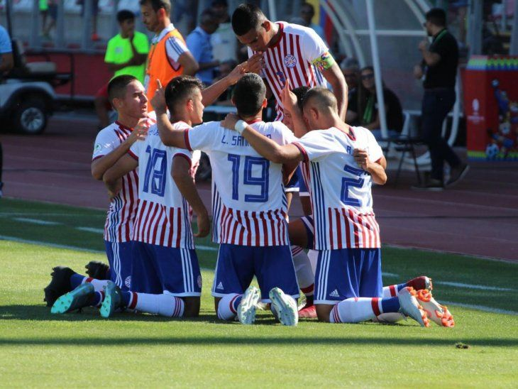 Por repetir. Futbolistas albirrojos celebran el único gol.