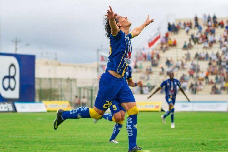 Con llegada. El defensor paraguayo Riveros del Delfín.
