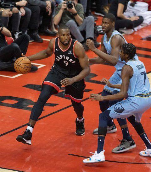 El jugador Serge Ibaka (i) de Toronto Raptors protege la pelota.