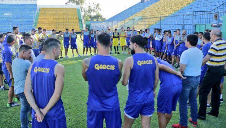 Plantel del Deportivo Capiatá previo a un entrenamiento.