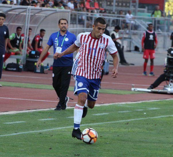 Gustavo Morínigo mira el avance del jugador Fernando Cardozo.