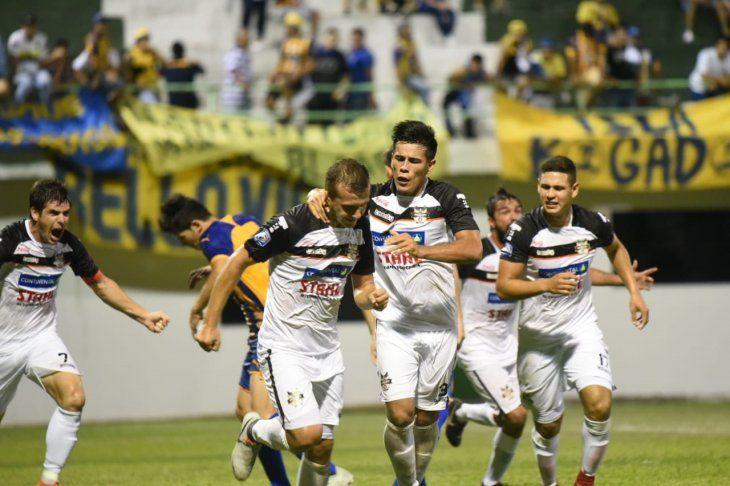 Jugadores de General Díaz celebran un gol ante Luqueño.