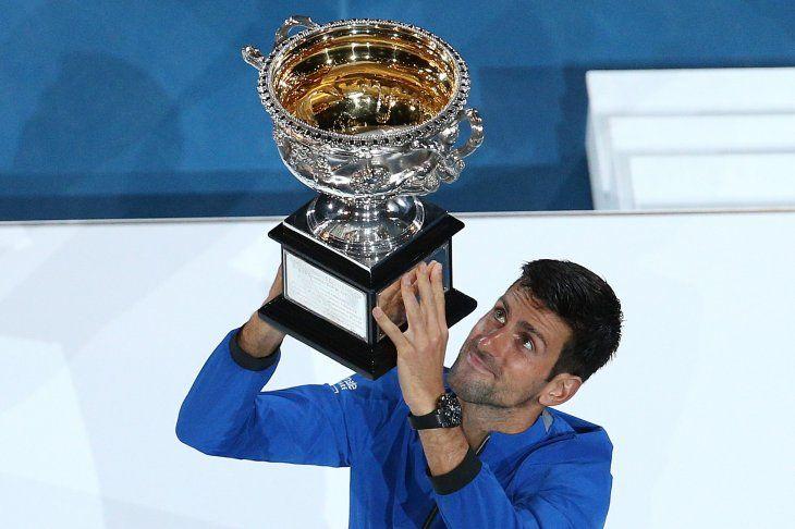Djokovic levanta el trofeo de campeón.