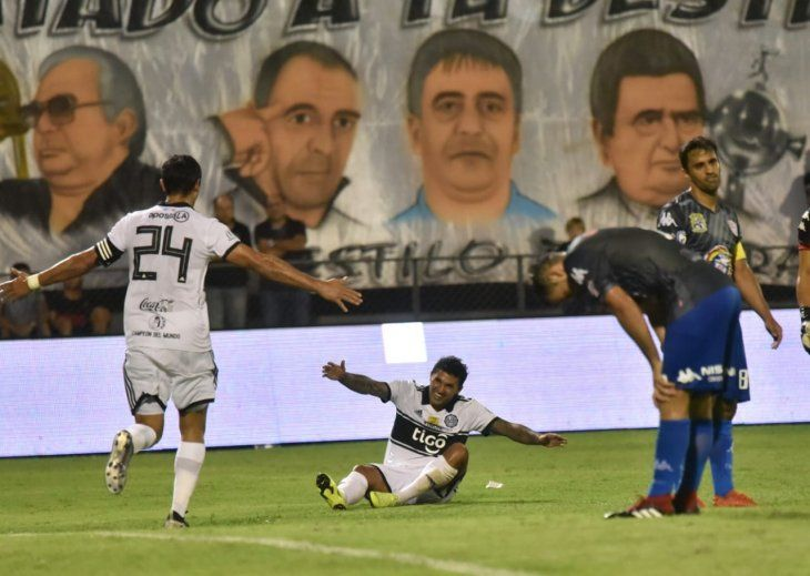 Tabaré Viudez festeja su gol con Roque Santa Cruz.