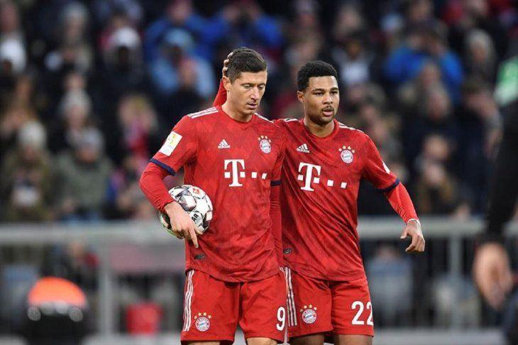 Robert Lewandowski celebra un gol con un compañero de equipo.