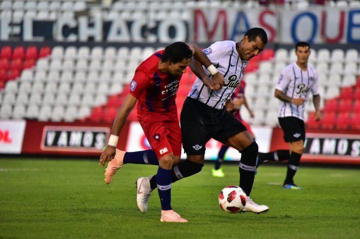 Conejo Benítez disputa el balón con Paulo da Silva.