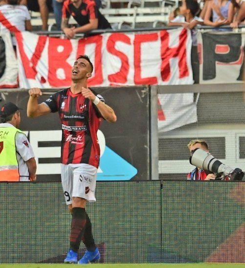 Gabriel Ávalos anotó tres goles en el Monumental.