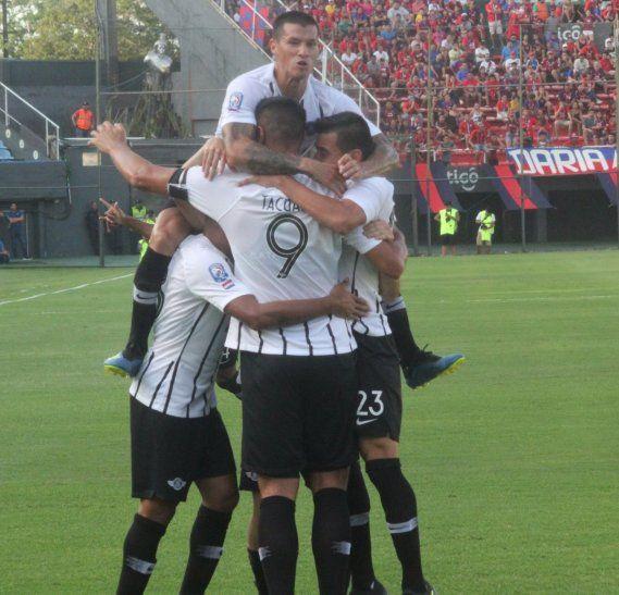 Jugadores de Libertad celebran el gol marcado ante Cerro Porteño.