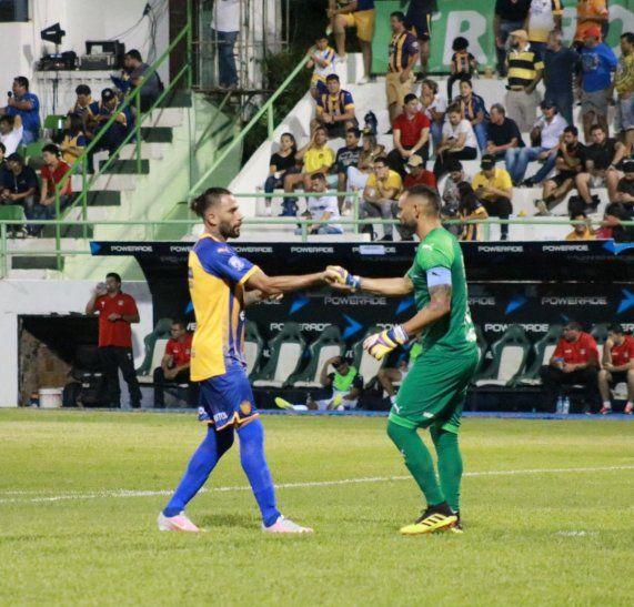 Diego Barreto se saluda con un compañero.