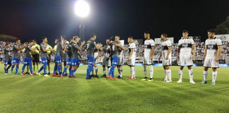 Jugadores del Olimpia se saludan con los de San Lorenzo.