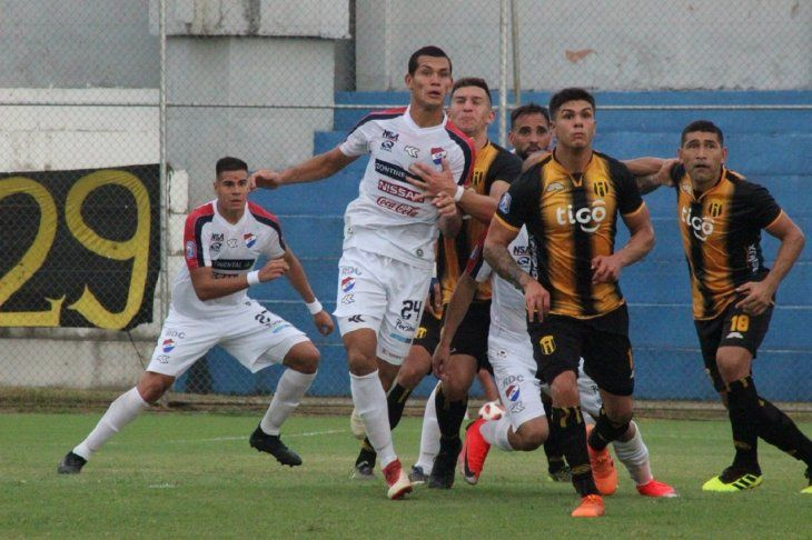 Jugadores de Nacional y Guaraní en un partido por el Apertura.