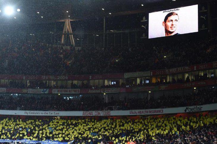 Fanáticos del Cardiff City rinden homenaje al jugador de fútbol argentino Emiliano Sala.