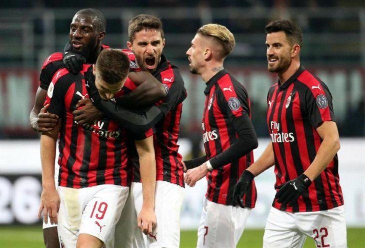 Jugadores del Milan celebran la anotación del equipo.