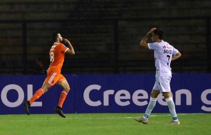 Juan Azocar (i) de Deportivo La Guaira celebra un gol.