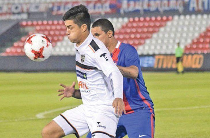 Richard Prieto durante un partido contra Cerro.