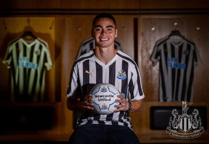 Miguel Almirón en el vestuario de su nuevo equipo.