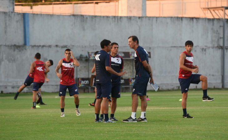 Hugo Caballero dirige la práctica de Nacional.