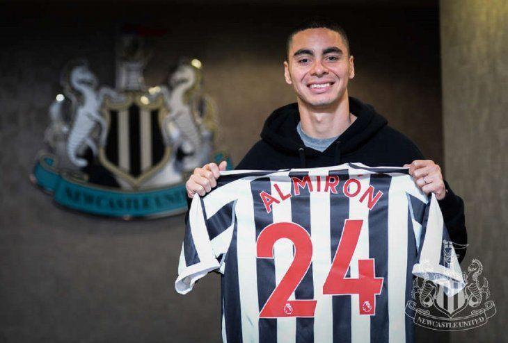 Miguel Almiron posa con la camiseta de su club.