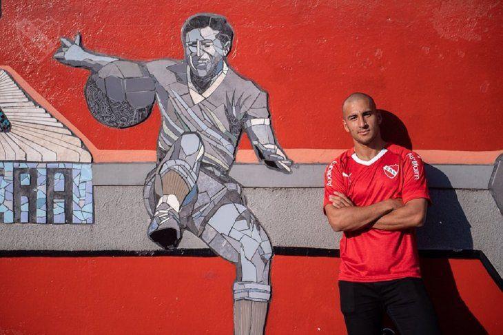 Cecilio Domínguez posando al lado del mural del histórico Arsenio Erico