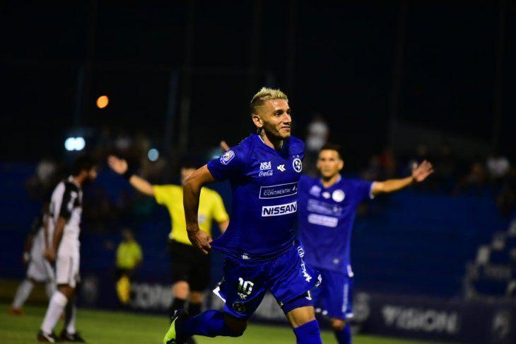 Martín Giménez festeja su golazo para Sol.