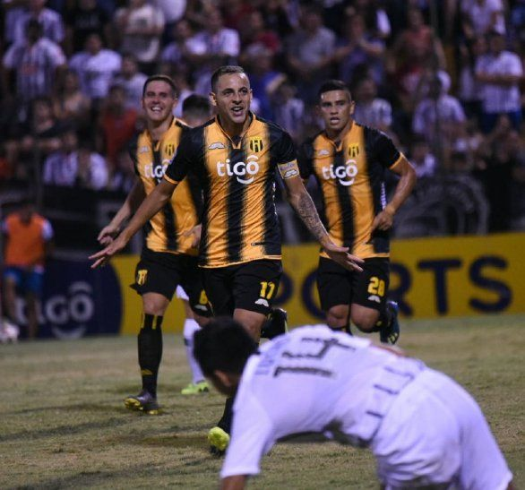 Luis de la Cruz celebrando su gol ante Libertad.