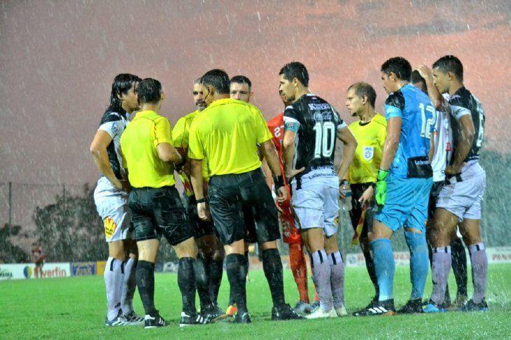 La lluvia fue protagonista del empate 1-1 entre Santaní y General Díaz.