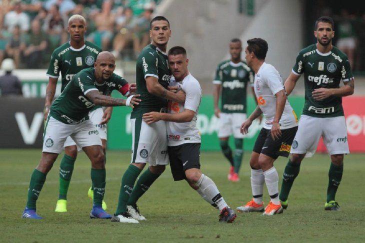 Pegado. Gómez (centro) es tomado por un adversario.