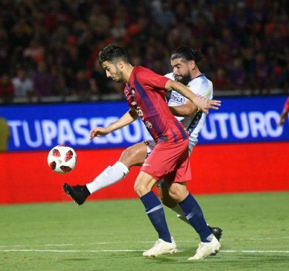 Dinámico. Villasanti disputa la posesión del balón con Burgos.