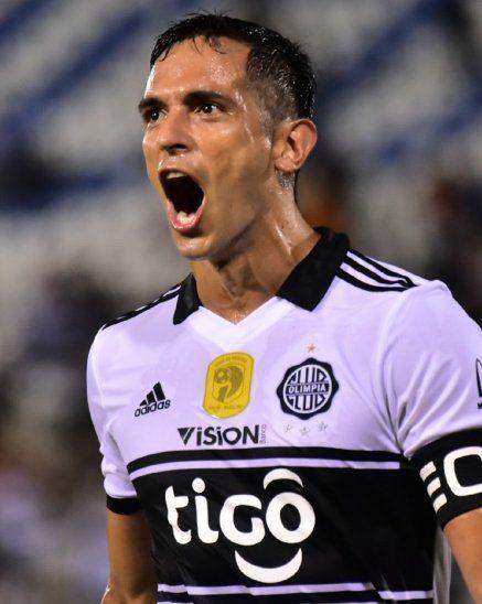 Roque Santa Cruz celebra a boca llena uno de sus goles ante Luqueño.