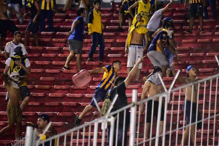 Vándalos. Hinchas de Luqueño generaron destrozos en el entretiempo del partido que Luqueño perdió 5-1 ante Olimpia.