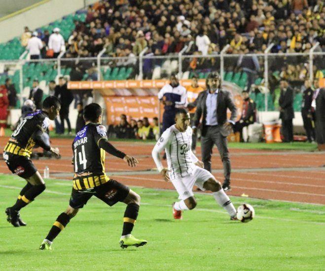 Leonel Álvarez mira el desempeño de sus jugadores.