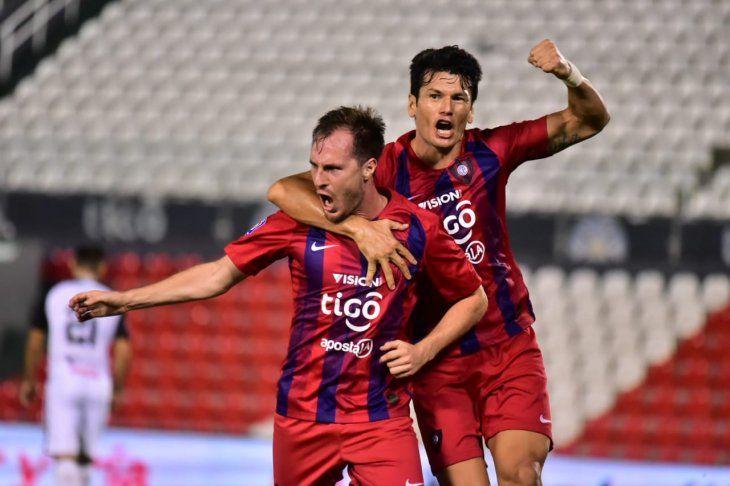 Hernán Novick festeja su gol con Nelson Haedo Valdez.