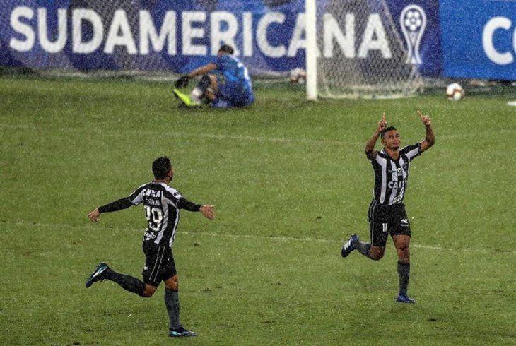 Jugadores del Botafogo celebran el gol marcado ante Defensa.