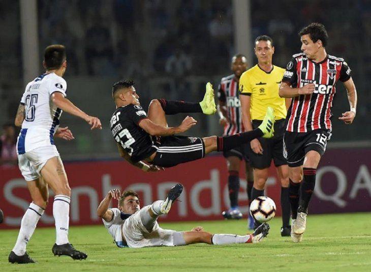 Leonel Rivas (abajo) deTallereslucha por el balón con Everton (arriba) de Sao Paulo.