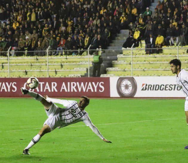 Espectacular. Adrián Martínez y su gran pirueta que terminó en el tanto del empate.