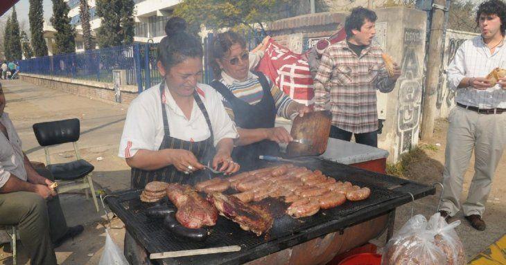Argentinos defienden el tradicional choripán en el entorno de los estadios.