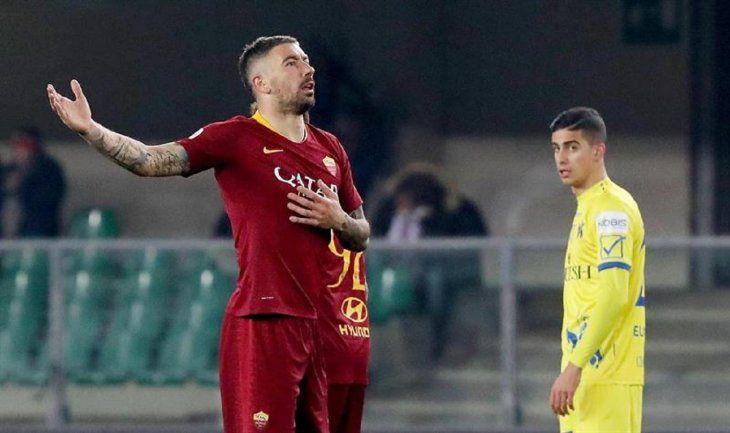 Aleksandar Kolarov reacciona durante el partido ante Verona.