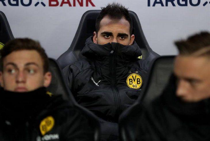 Paco Alcacer deDortmundobserva desde la banca de jugadores suplentes.