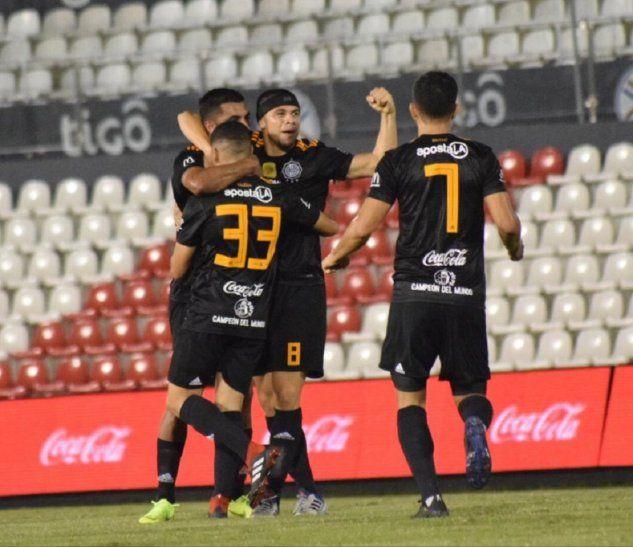 Rodrigo Rojas festeja su gol con sus compañeros.
