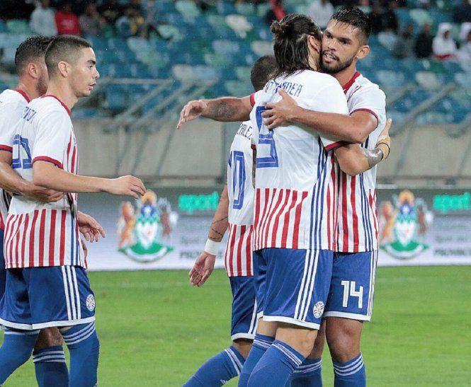 Jugadores de la Albirroja se saludan tras marcar un gol.