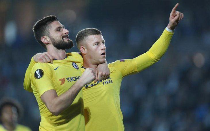 Jugadores del Chelsea celebran la anotación de un gol.