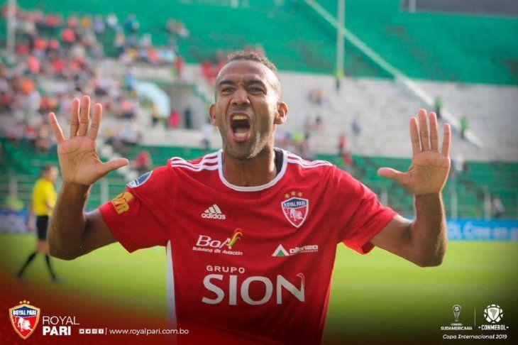 Un jugador deRoyal Pari celebra la anotación de un gol.
