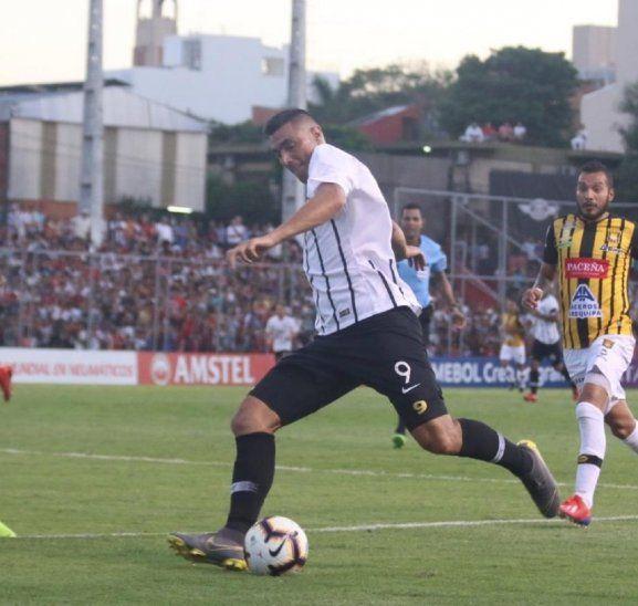 Óscar Cardozo golpe con fuerza el balón con su zurda de oro.