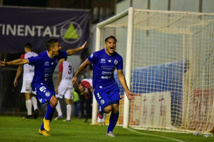 Federico Acuña festeja su gol sobre la hora.