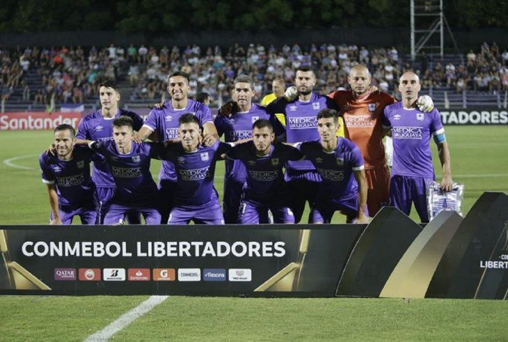 Jugadores deDefensorSporting posan en un partido de la Copa Libertadores.
