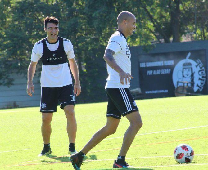 Sergio Otálvaro con Julio César Cáceres durante un entrenamiento del Decano.