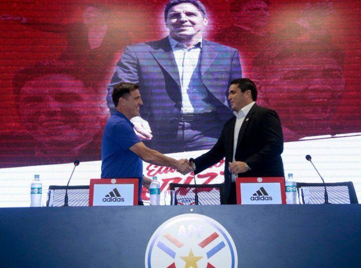 Eduardo Berizzo se saluda con Robert Harrison.