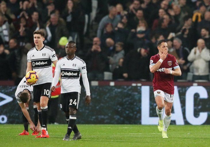 El West Ham se apoya en Chicharito para remontar al Fulham.