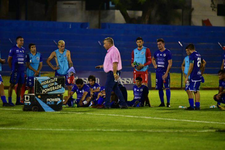 Almeida conversa con sus jugadores tras el 6-1.