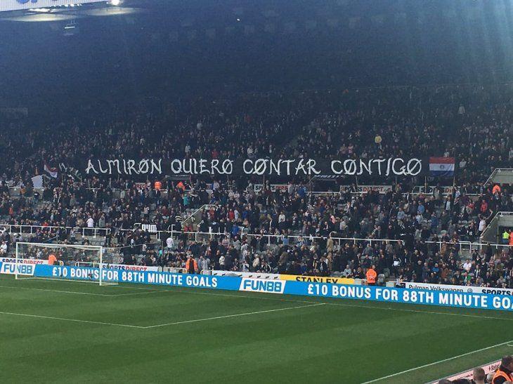Los hinchas del Newcastle se encariñan con Miguel Almirón.